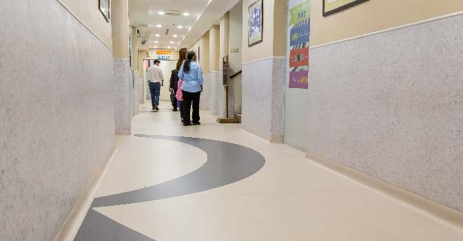 Imagen del pasillo remodelado con suelo autoportante Altro Cantata en un prestigioso hospital adventista de Malasia.