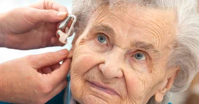Cómo evitar el aislamiento por sordera en centros de día.