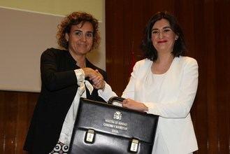 Carmen Montón ha recibido la cartera ministerial de manos de la ministra saliente Dolors Montserrat