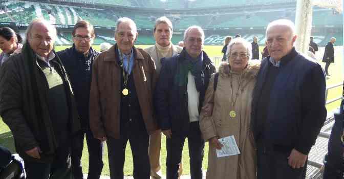 DomusVi pone en marcha talleres de reminiscencia basados en el fútbol y visita el campo del Betis con un grupo de mayores y de exfutbolistas.