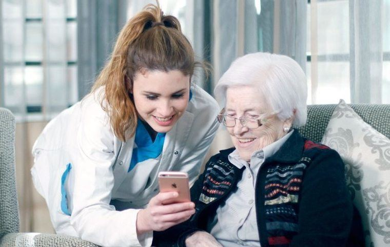 La atención de mayores en el hogar incluye acompañamiento