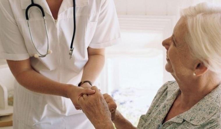 El cuidado de mayores en casa abarca especialistas clínicos