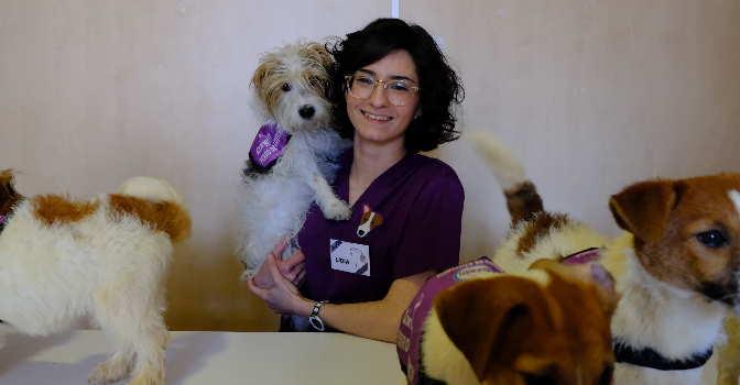 Lidia Nicuesa, psicopedagoga de la Fundación Canem, con su perro 'Cini'.