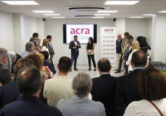 El consejero de Servicios Sociales catalán inaugura la nueva sede de ACRA junto a Cinta Pascual