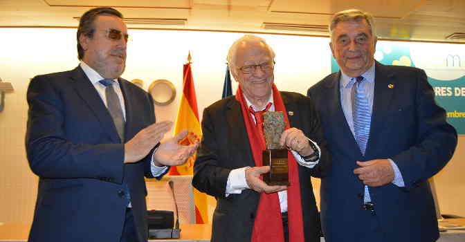 El Padre Ángel (en el centro) recoge el Premio Mayores en Acción 2019, entregado por CEOMA.