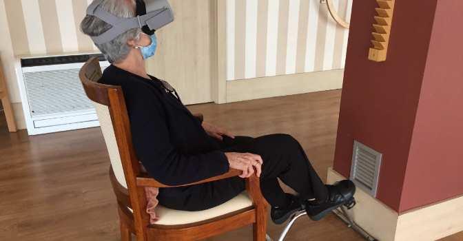 DomusVi utiliza realidad virtual en sus residencias de mayores para 'salir' al exterior en bicicleta.