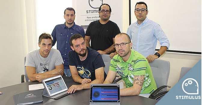 Emilio José Checa (en la fila trasera, el primero empezando por la derecha), explica para qué sirve la app Stimulus.