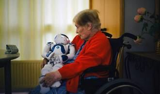 Un robot entre mayores