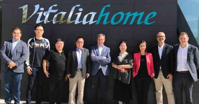 China se fija en Vitalia Home para sus residencias de mayores y una delegación ha visitado Vitalia Expo y su modelo asistencial 'Casas para vivir, con jardín'.
