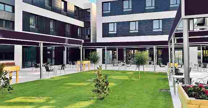 Exterior y jardín de la residencia y centro de día Vitalia Home Valladolid.