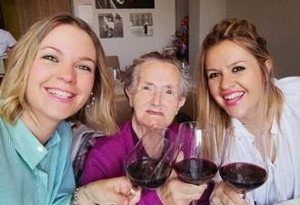 Vitalia Home crea comedores para familias en sus centros donde residentes celebran comidas con sus nietas