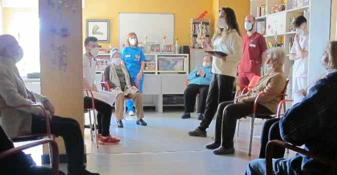 Clases de yoga para personas mayores en residencias de IMQ Igurco.