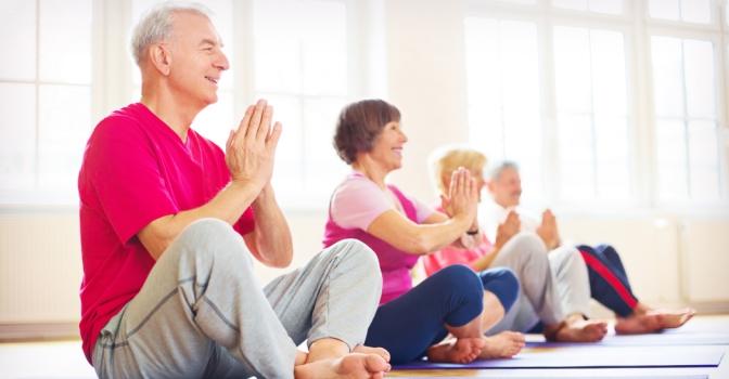 El yoga es una práctica cada vez más presente en las residencias para mayores por los múltiples beneficios que ofrece a los que lo practican.