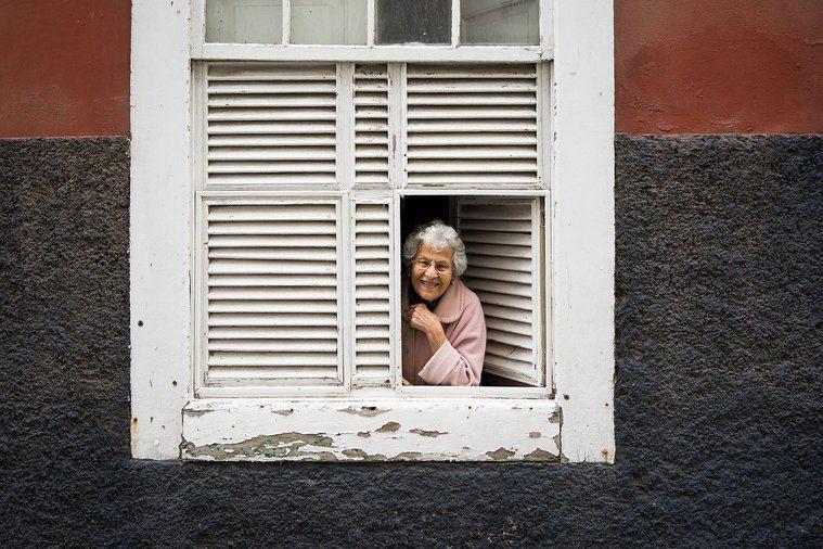 Visto en Internet. UDP y CEOMA exigen no discriminar a las personas mayores en el desconfinamiento